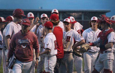 Hawks huddle on the sideline as they go into the 5th inning |by Audrey De Zutter