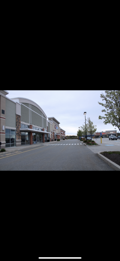 Hudson shopping center looking very empty due to the closing of many stores |by Brianna Devlin